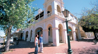 Two people outside of Narrogin Town Hall